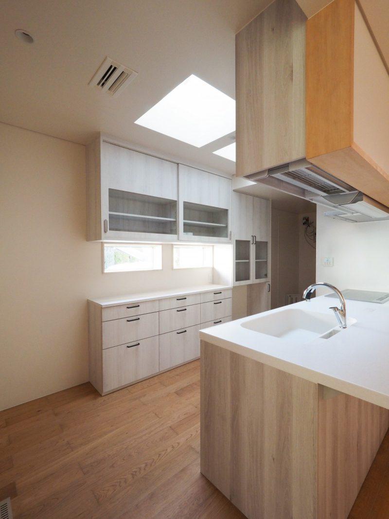 キッチンに天窓をもうけて光を採りこんだ
