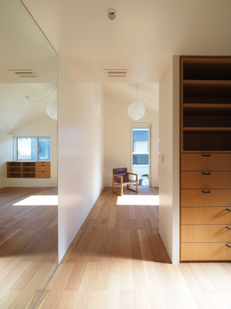 寝室手前にはウォークインクローゼット。壁面に鏡を施工して空間をすっきりと見せている
