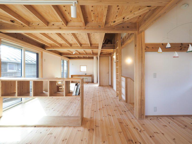 オープンな室内空間。壁をたてて寝室や居室だけでなくリモートワークのためのスペースを設けることも可能。