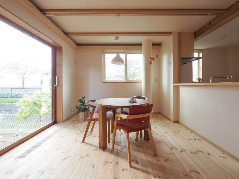アイランドプロファイル社の木製サッシが屋外の景色を切り取ります。
