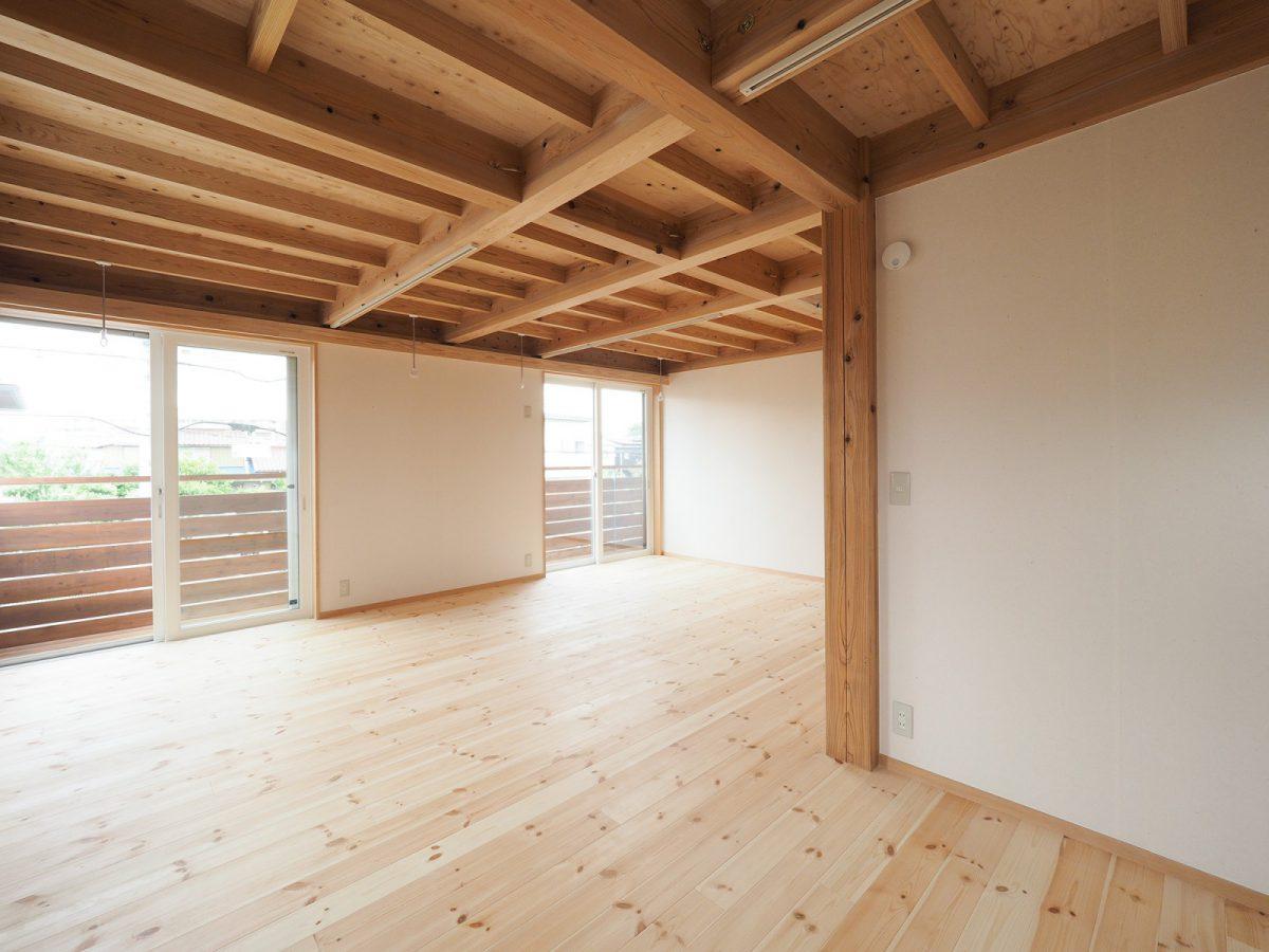 2階もオープンな空間。間仕切り壁で部屋をつくっている