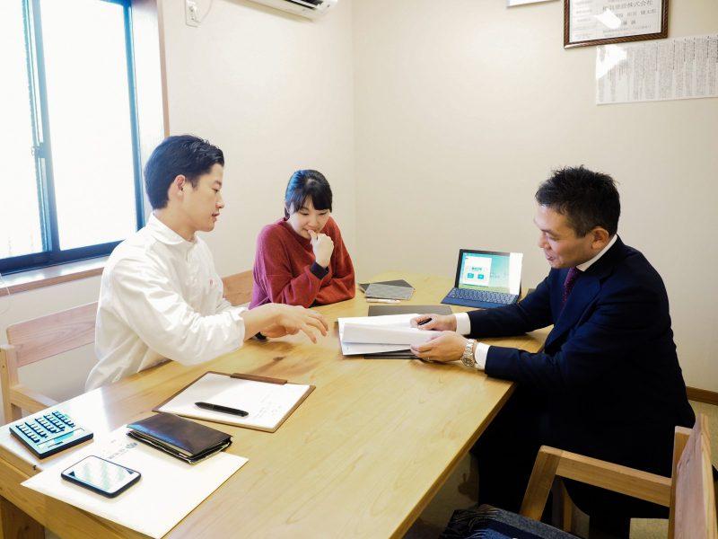 以前スタッフの伊藤夫妻が資金計画を相談した時の様子。「家づくりのスタート段階で長期的な人生設計を理解することができて、安心して家づくりを進めることができました(伊藤)」