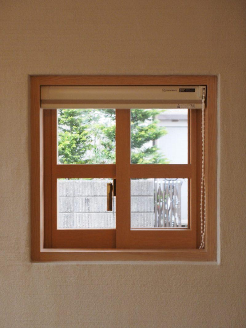 キッチン横の可愛らしい小さな木製窓