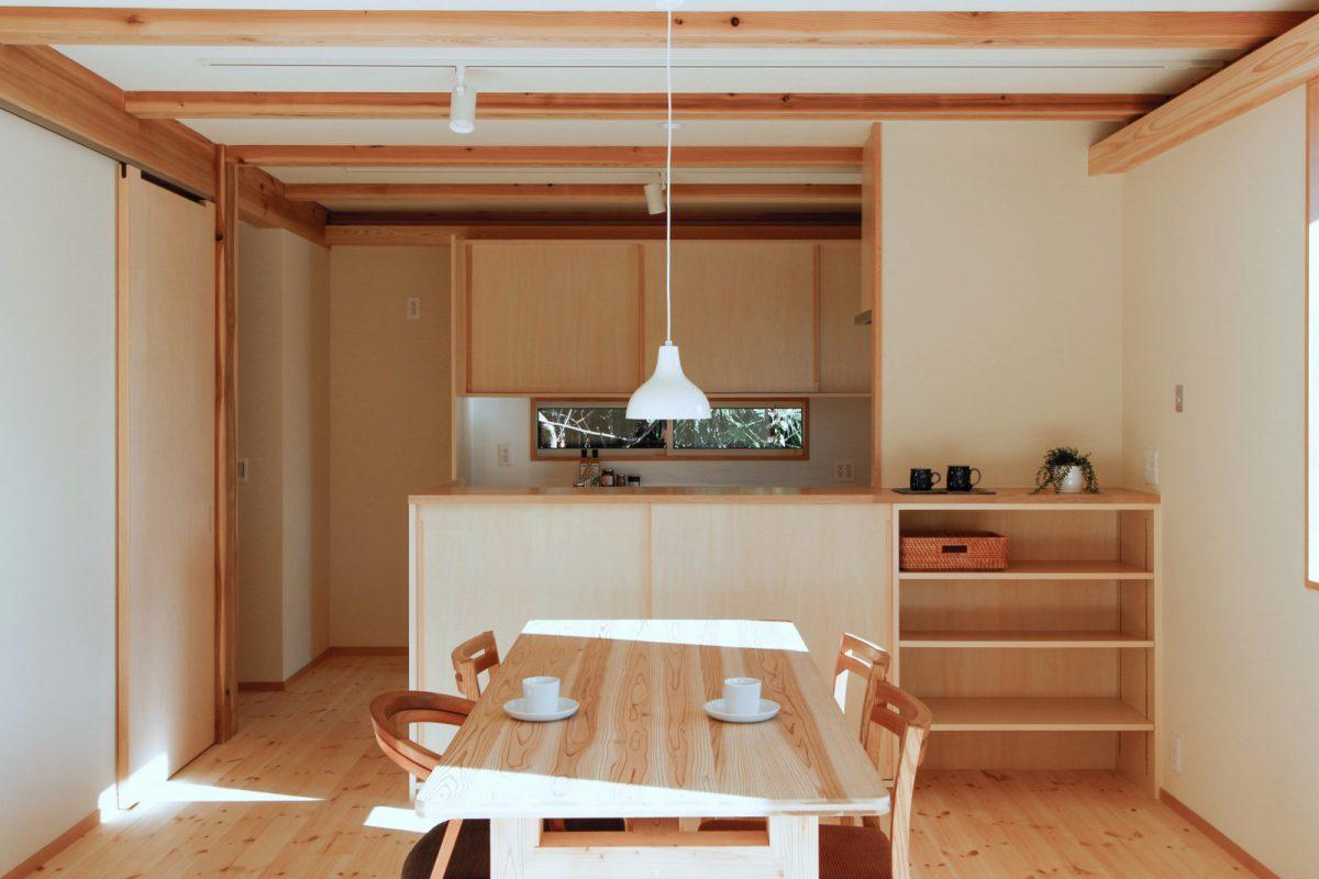 木と自然素材でつくる空間に、木の家具や建具が調和する