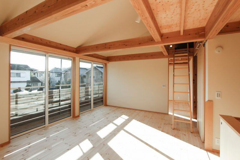 二階にも明るい光や風が入り込む。OMソーラーの全館暖房もあって家中があたたかな空間になる。
