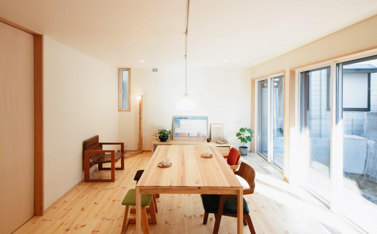 リビングダイニング。テーブルとローテーブル、スタンドライトは家具デザイナーの小泉誠さんデザインの「大工の手」。