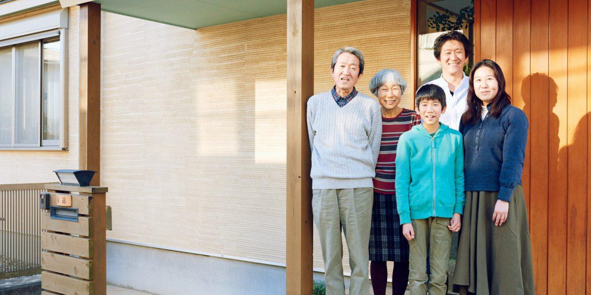 遠藤自身の家だけでなく、両親のご実家、奥様のご実家と全てOMソーラーを搭載したパッシブソーラーハウスでの家づくり。(出典:OMソーラー30周年記念インタビュー)