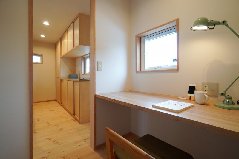キッチン横のワークスペースを設けて、在宅勤務にも対応しやすい
