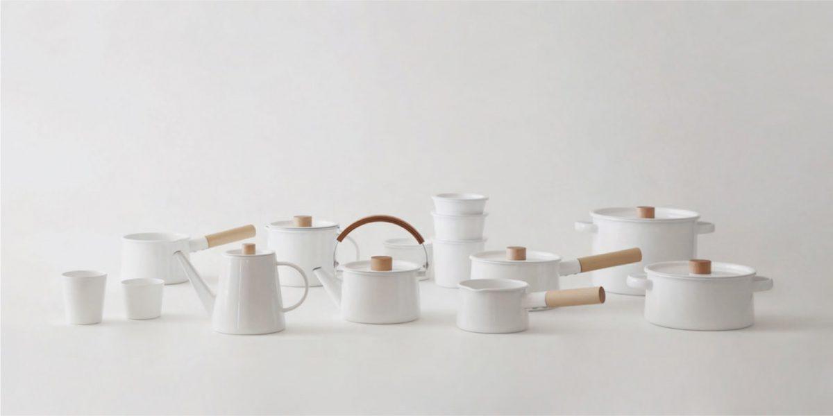 kaicoシリーズ 大きな開口で洗いやすい形、持ちやすく熱くならない大きな木の取手、熱を受けるための底の広い形、素材に琺瑯と日本の白木をつかい、素直に形にしてく中でいさぎよい形が生まれました。