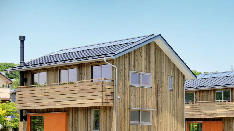 ソーラータウン八国山ではOMソーラーを搭載し板張りの木の家が建ち並び、造園家の小林賢二さんの庭とともに街並みとコミュニティが生まれてきています。