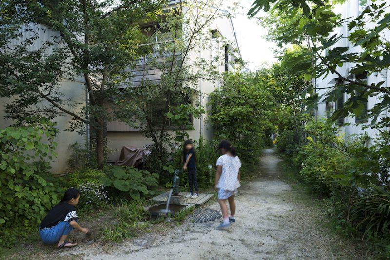 園路はタウンに暮らす子ども達の遊び場になっている。写真中央の井戸の形状をしている部分に災害時の備えも準備している。
