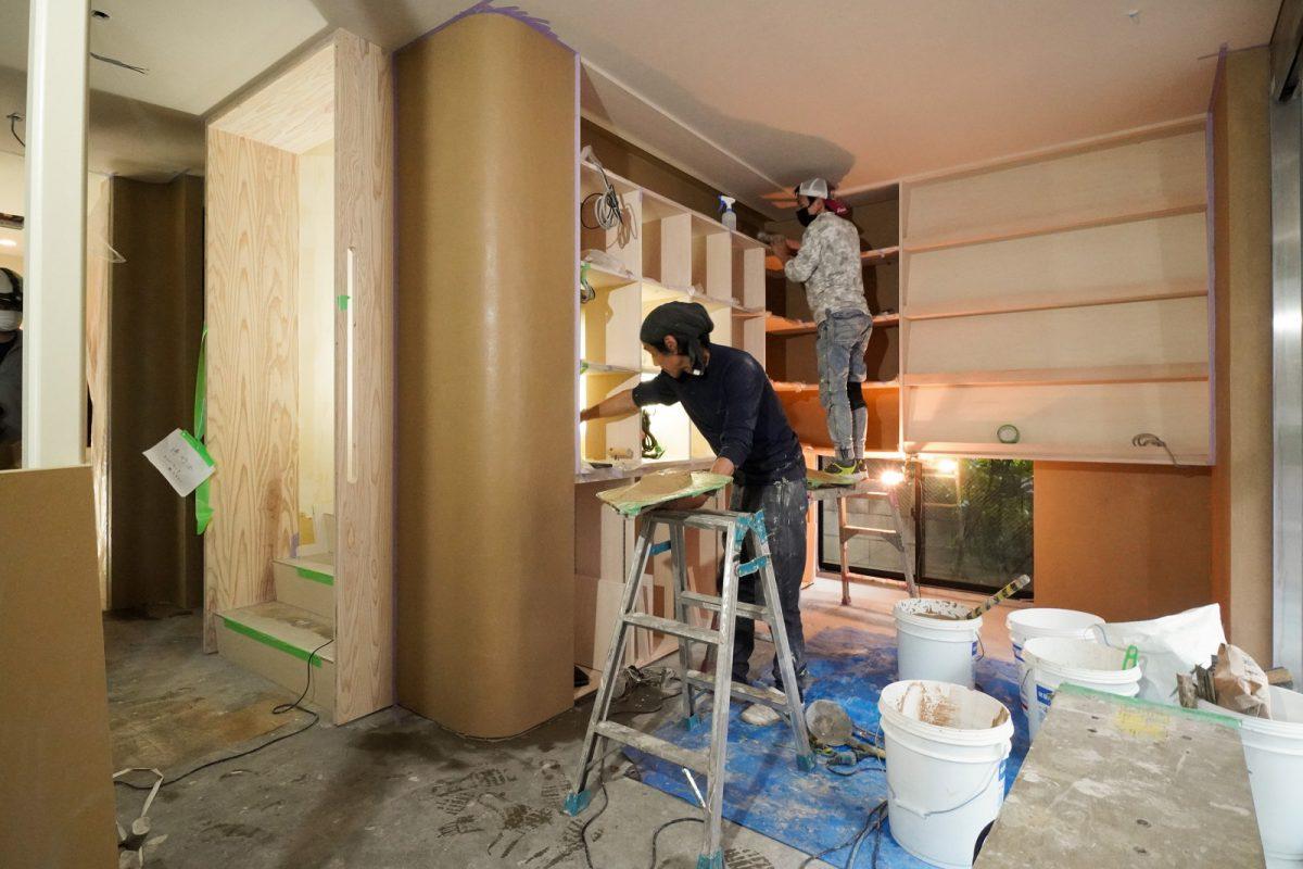 玄関のギャラリーのアールや、棚の奥の壁面を左官仕上げに(増田左官さん)