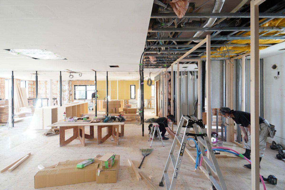 本社2階の工事中の様子。社員大工の志村飛鳥さんと中山大工さん親子が工事をしています。