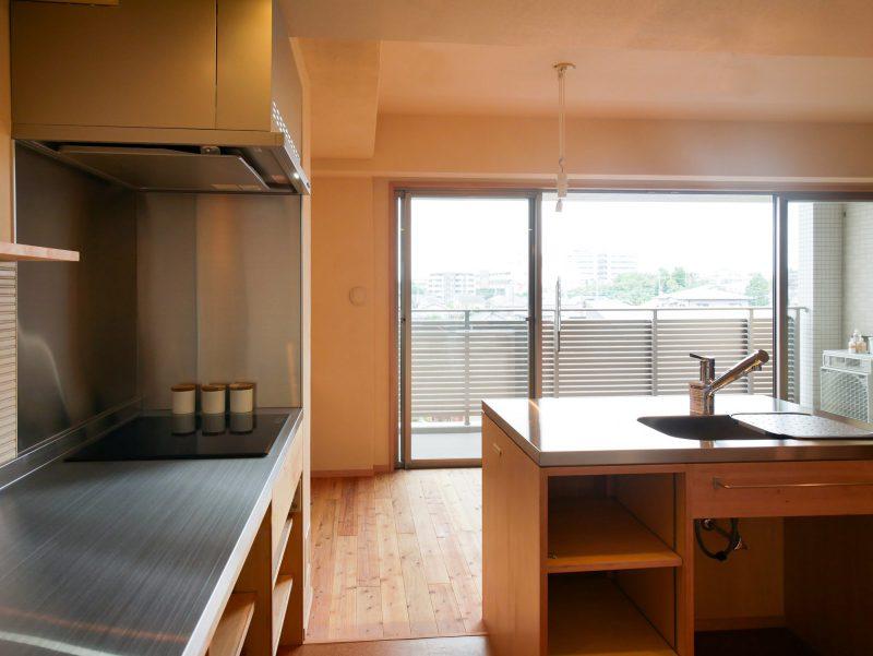 キッチンから南面のバルコニーを眺める